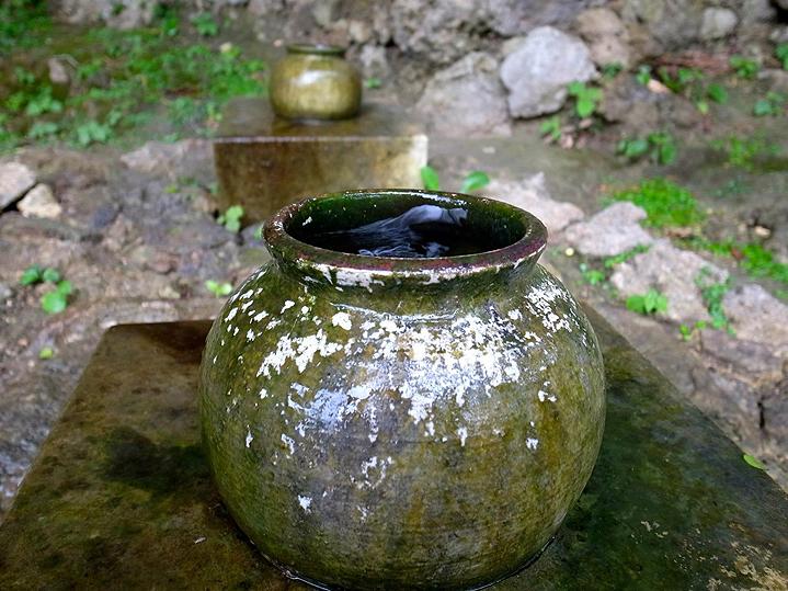 Сосуд, куда капает священная вода