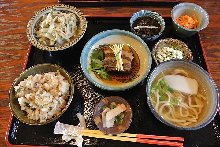 Обед в Макабэ Тина, Окинава