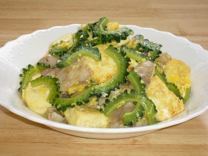 Популярное окинавское блюдо гоя тямпуру
