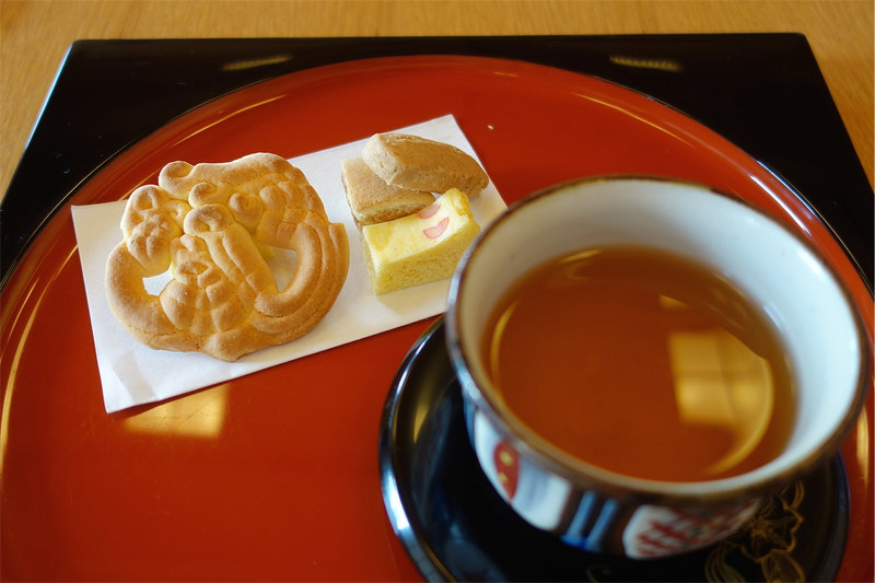 Набор сладостей с жасминовым чаем сампинтя