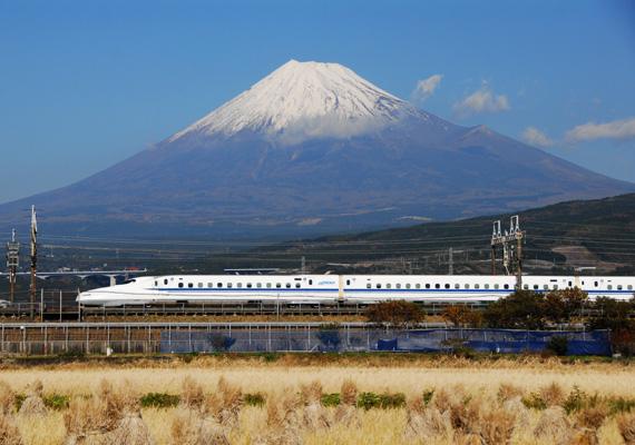 Скоростной поезд синкансэн на фоне горы Фудзи
