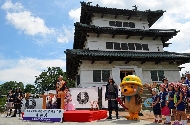Церемония поднятия башни замка Хиросаки