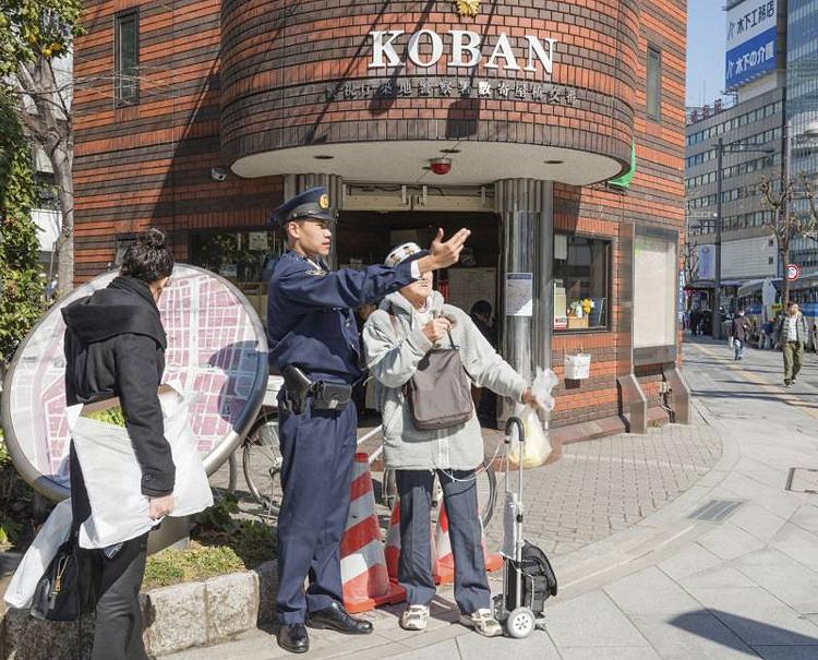 Японская полиция и иностранные туристы