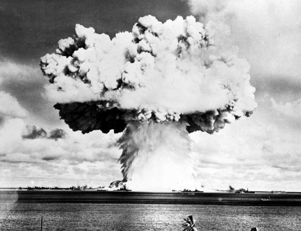 Испытания американцами водородной бомбы вблизи атолла Бикини