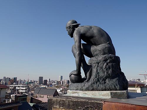 Скульптура на крыше музея