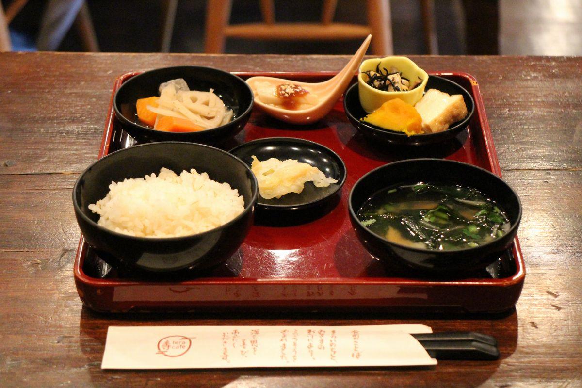 Блюда в буддийском кафе