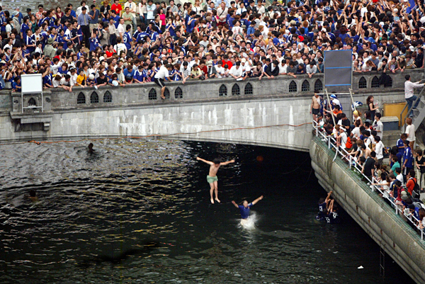 Фанаты бейсбольной команды прыгают с моста в канал