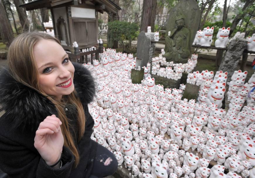 Туристы в кошачьем храме Готоку-дзи