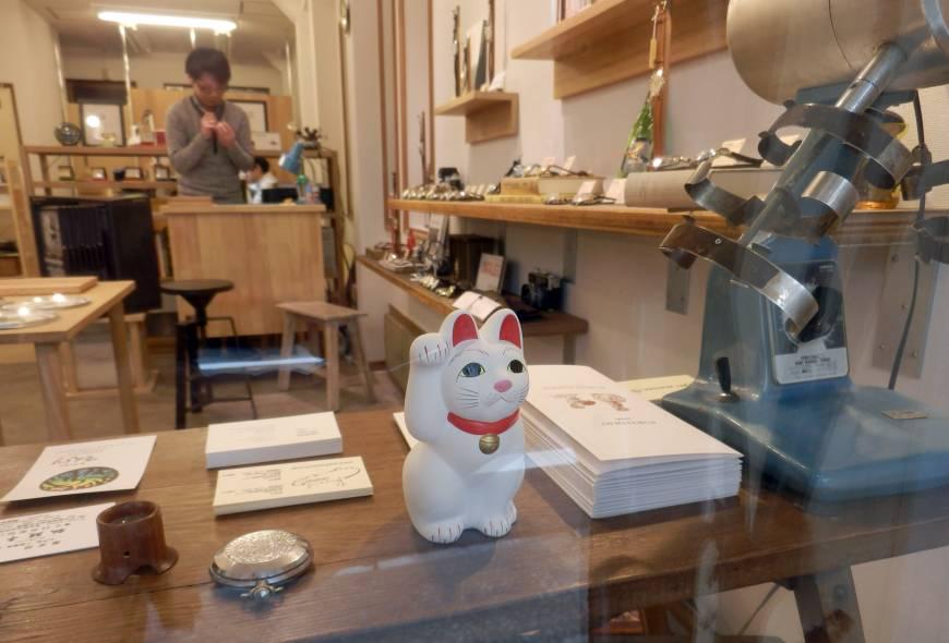 Украшение местных магазинчиков — кошки манэки-нэко