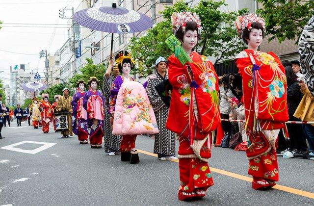 Шествие ойран во время фестиваля Итиё Сакура в Асакуса