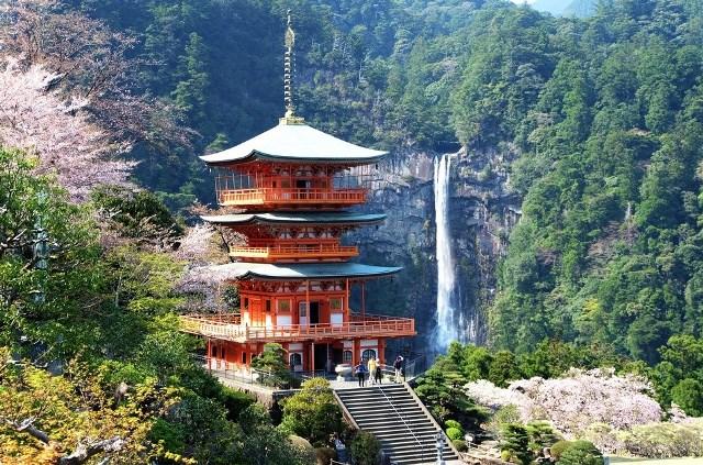 японский храм и красивый водопад